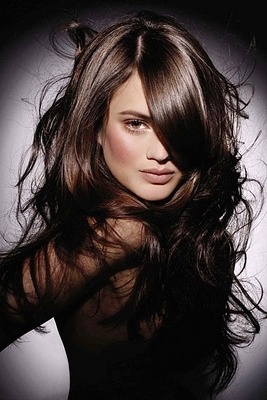 модная стрижка с длинными черными волосами практически до пояса
